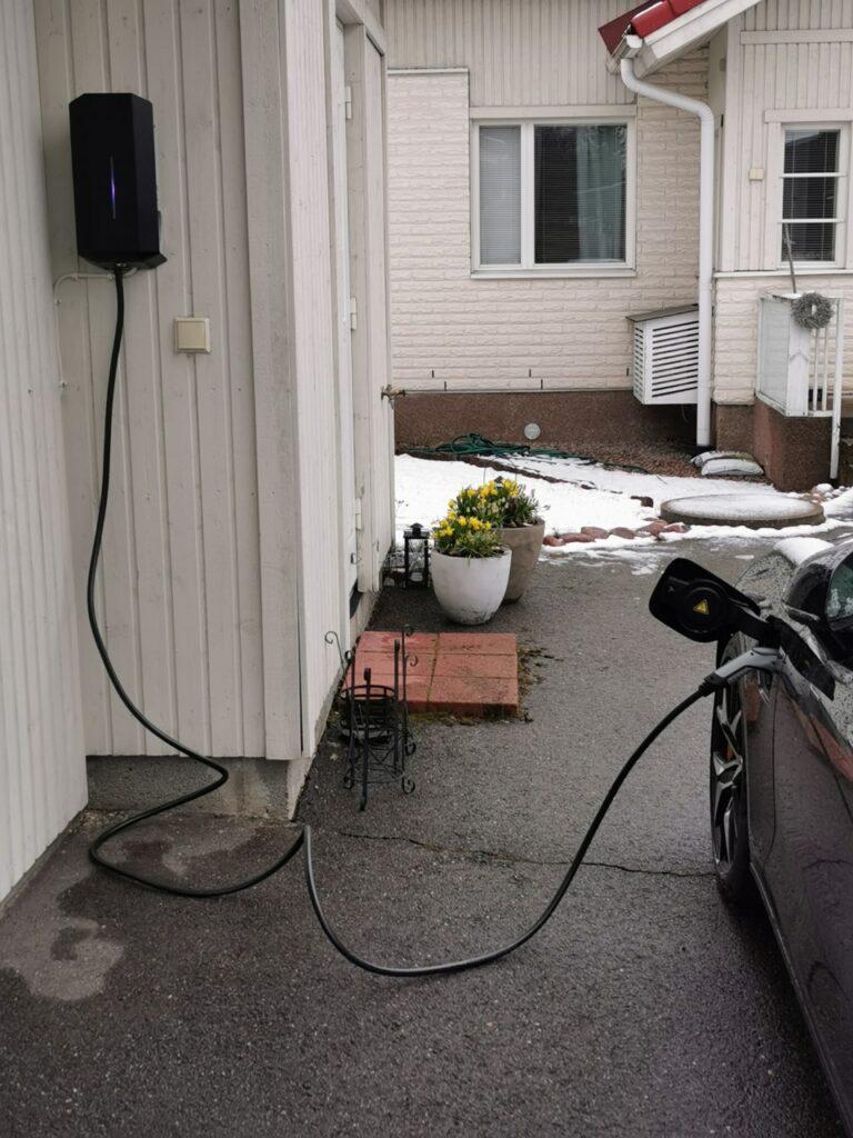 Sähköauton lataus omakotitalo evlataa kotilatausasema